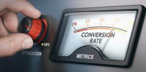 Marktforscher dreht von Hand einen Optimierungsknopf und eine Anzeige zeigt eine Konversionsrate.
