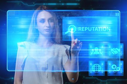 Eine Unternehmerin arbeitet an einem virtuellen Bildschirm der Zukunft und sieht die Beschriftung: Reputation